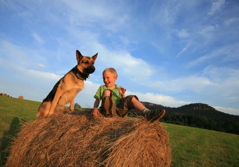 Enfant et crabot photos libres de droits