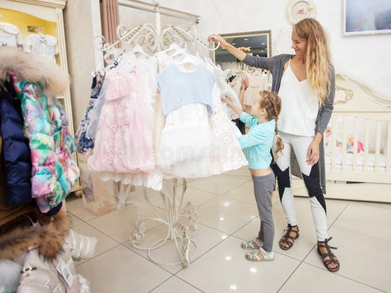 Enfant et femme dans un magasin d'enfants image libre de droits