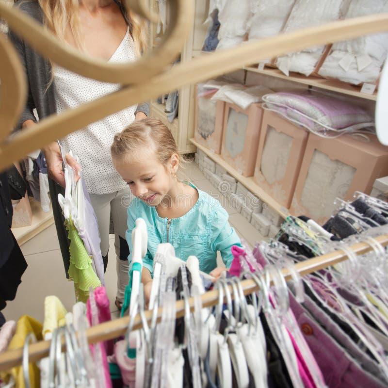Enfant et femme dans un magasin d'enfants images libres de droits