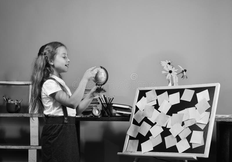 Enfant et fournitures scolaires sur le fond bleu de mur photographie stock