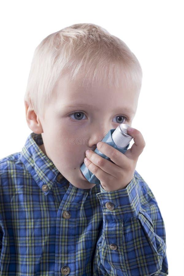 Enfant et inhalateur d'asthme image stock