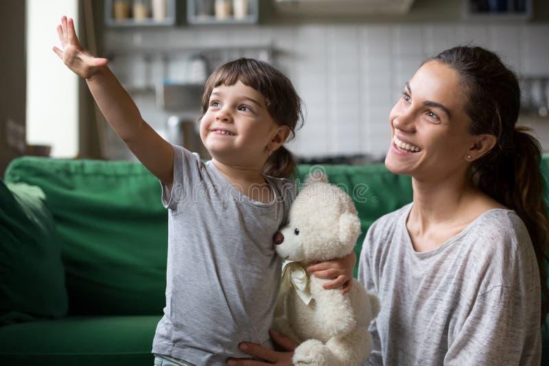 Enfant et mère célibataire attendant avec intérêt le bon futur concept images libres de droits