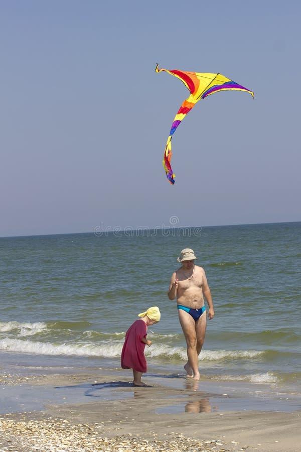 Enfant et père sur le côté de mer photos stock