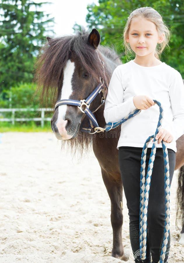 Enfant et poneys images stock