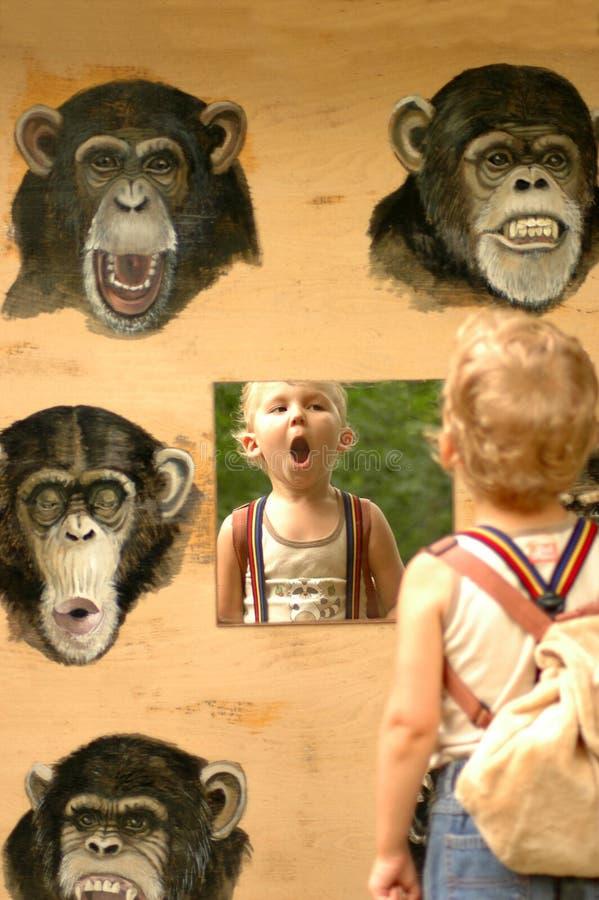 Enfant et singe. image stock