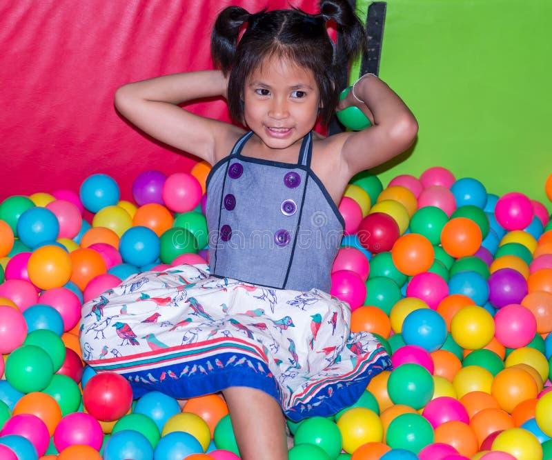 Enfant et terrain de jeu photo libre de droits