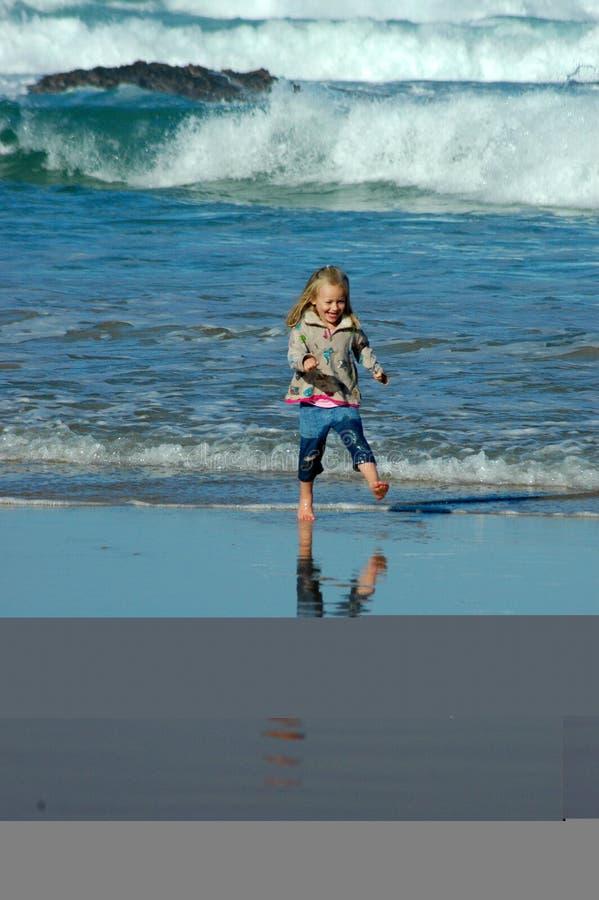 Enfant exécutant en mer image libre de droits
