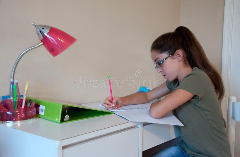 Enfant faisant des devoirs image stock