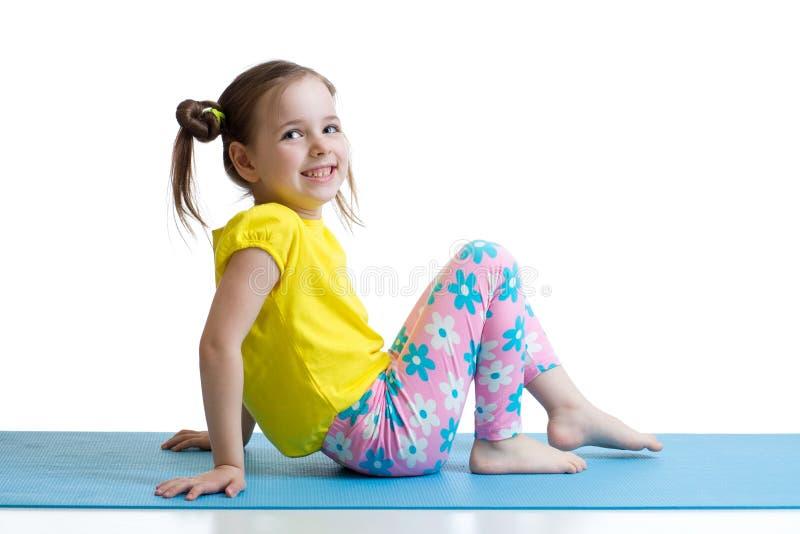 Enfant faisant des exercices de forme physique images libres de droits