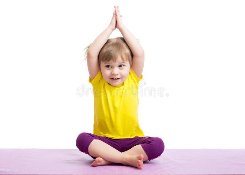 Enfant faisant des exercices de forme physique image stock