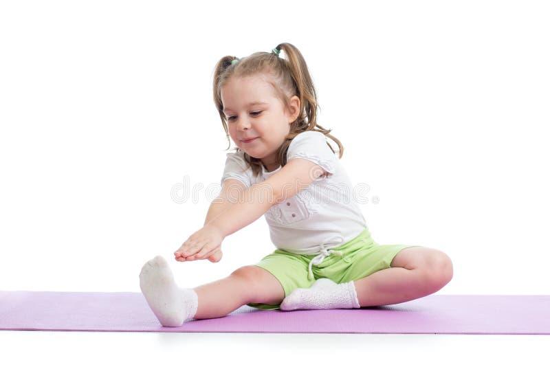 Enfant faisant des exercices de forme physique d'isolement photos libres de droits