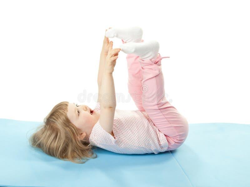 Enfant faisant des exercices de sport image libre de droits