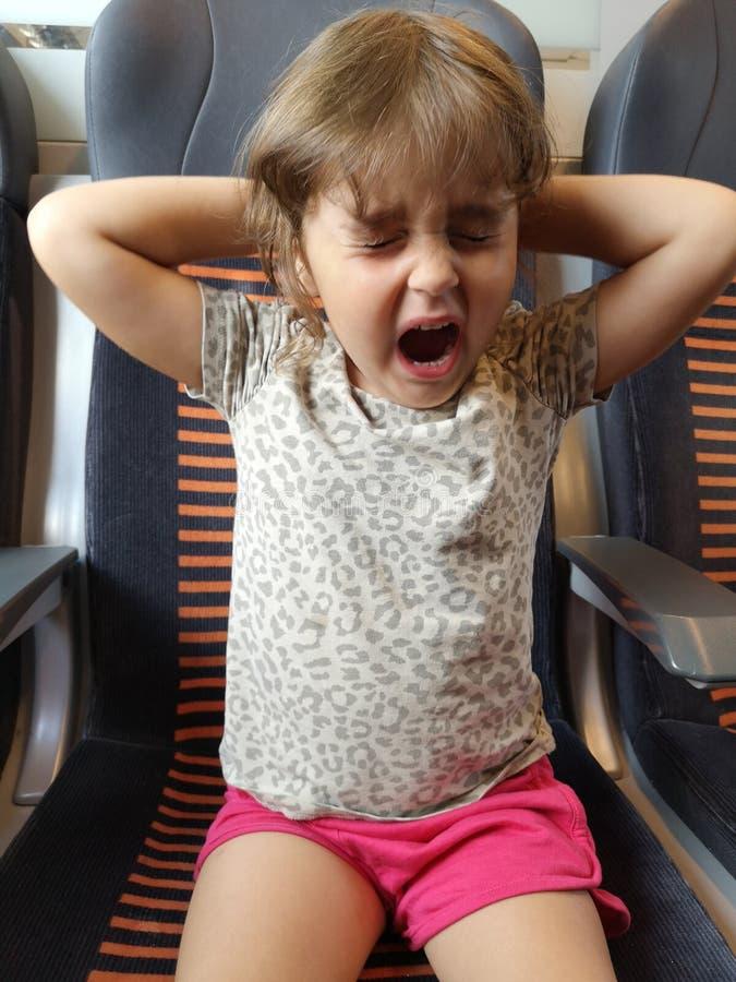 Enfant fatigué dans le train photographie stock