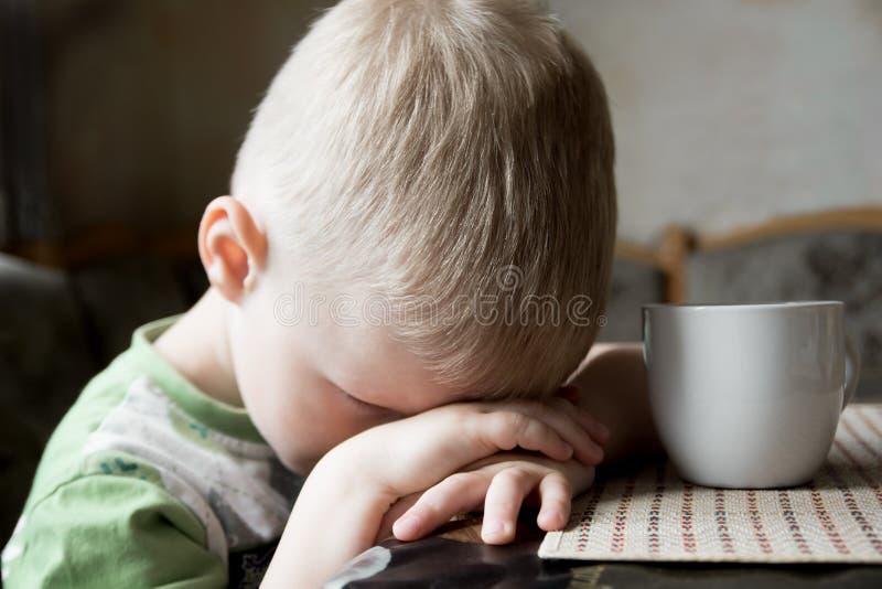 Enfant fatigué triste image libre de droits