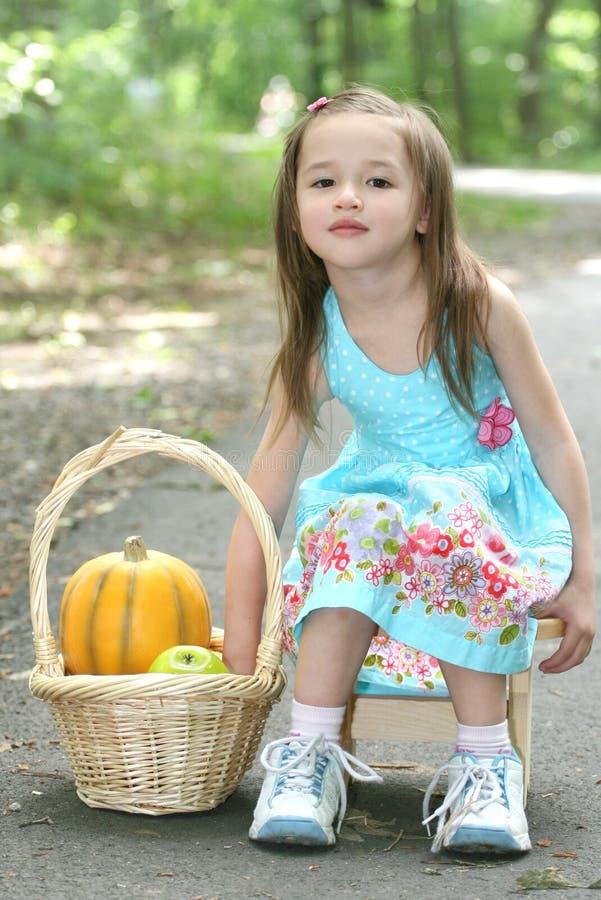 Enfant : Fille jouant avec Pumpking en stationnement images libres de droits