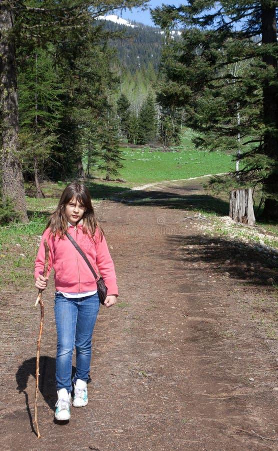 Enfant (fille) trimardant dans les montagnes photo stock