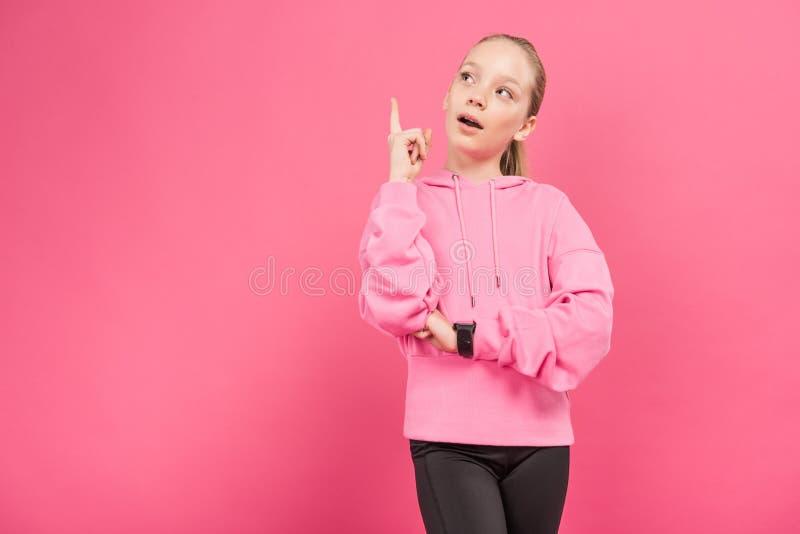 enfant folâtre blond se dirigeant et faisant isoler l'idée, images libres de droits