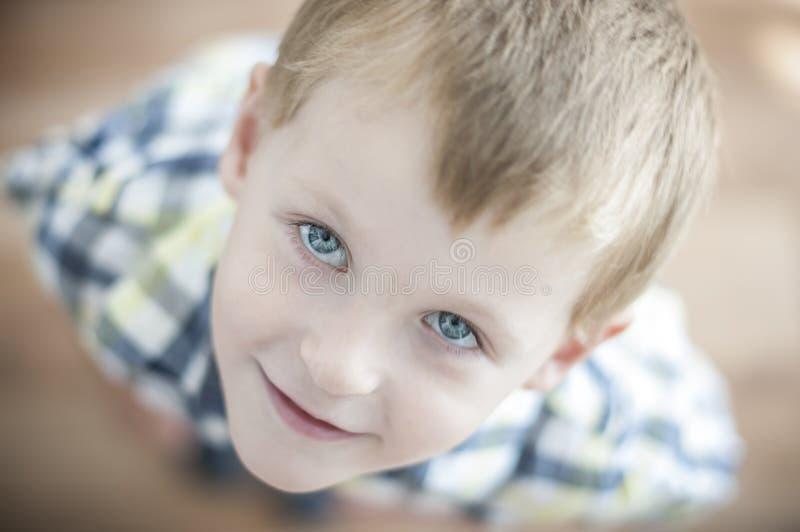 Enfant gai heureux photographie stock libre de droits