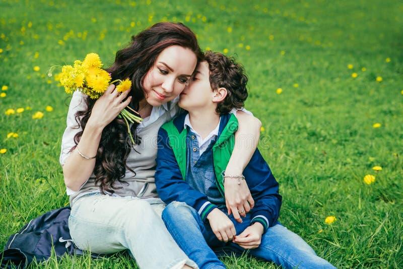 Enfant gai mignon avec le jeu de mère dehors en parc Jour de Morthers photographie stock libre de droits