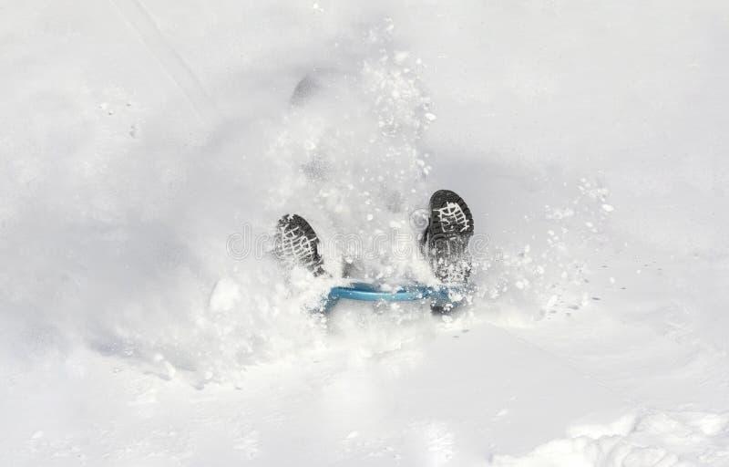 Enfant glissant dans la neige photo stock