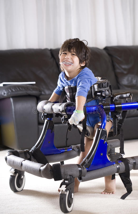 Enfant handicapé dans le marcheur photos stock