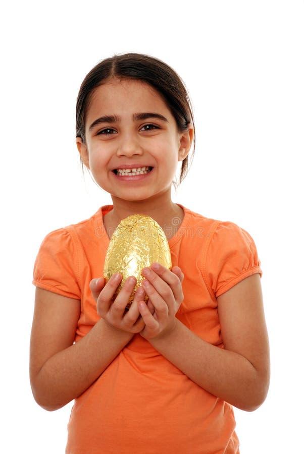 Enfant heureux avec l'oeuf de pâques photographie stock libre de droits