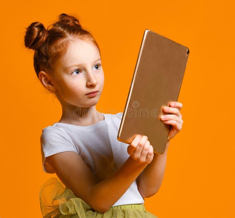 Enfant heureux avec l'ordinateur de tablette Apparence d'enfant photographie stock