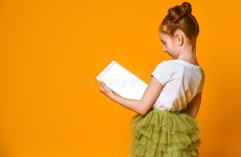 Enfant heureux avec l'ordinateur de tablette Apparence d'enfant photos libres de droits