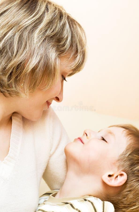 Enfant heureux avec la mère images libres de droits