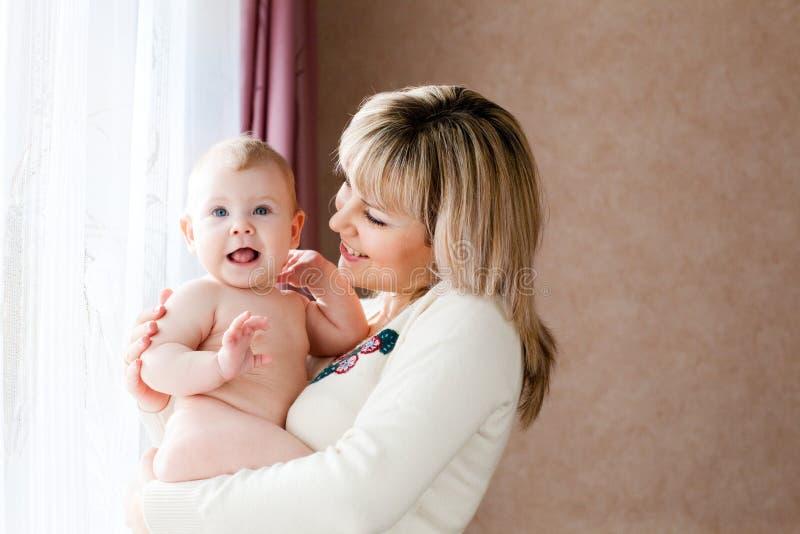 Enfant heureux avec la maman image stock