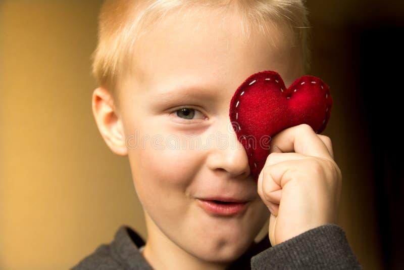 Enfant heureux avec le coeur rouge photo libre de droits
