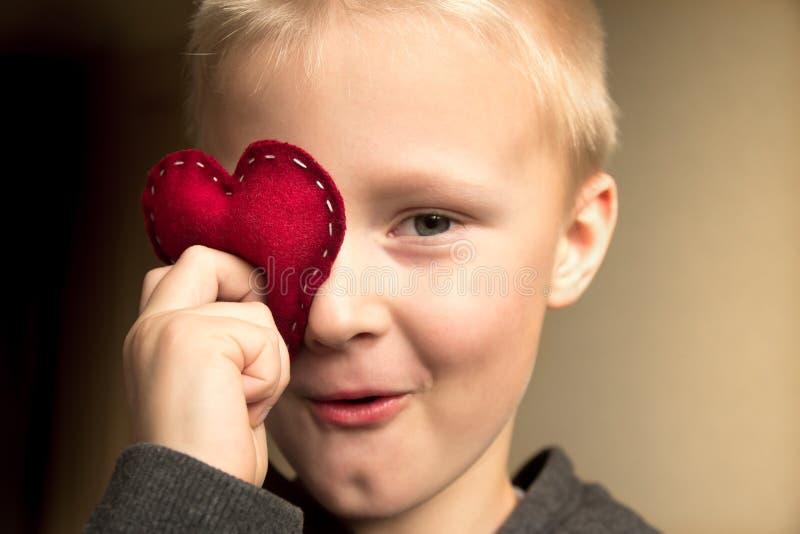 Enfant heureux avec le coeur rouge images stock