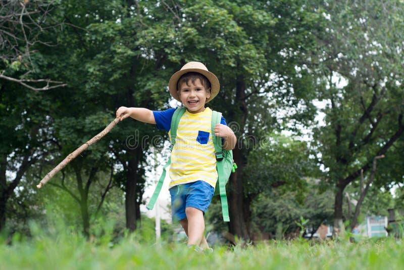 Enfant heureux avec le sac à dos Enfant ayant l'amusement des vacances d'été photo libre de droits