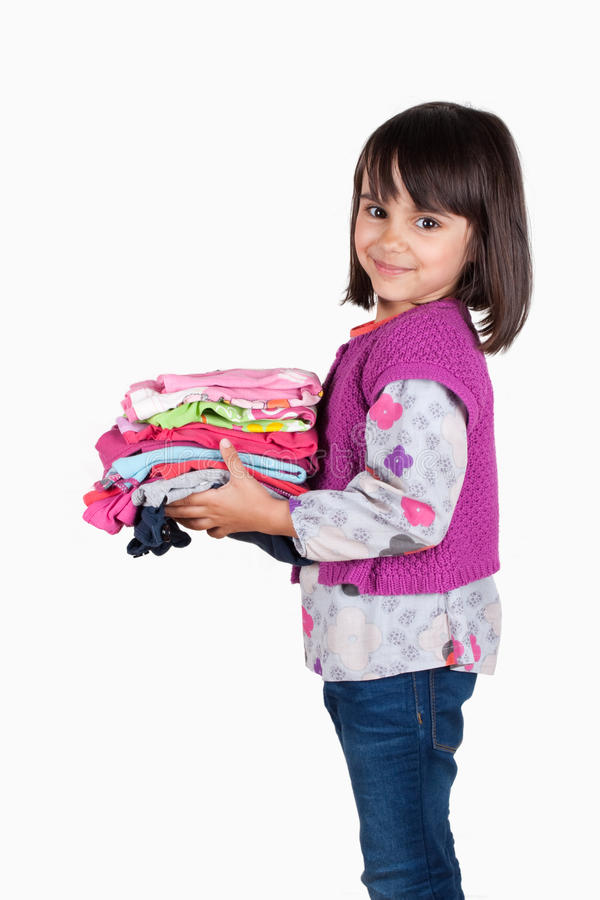 Enfant heureux avec une pile de chemises image stock