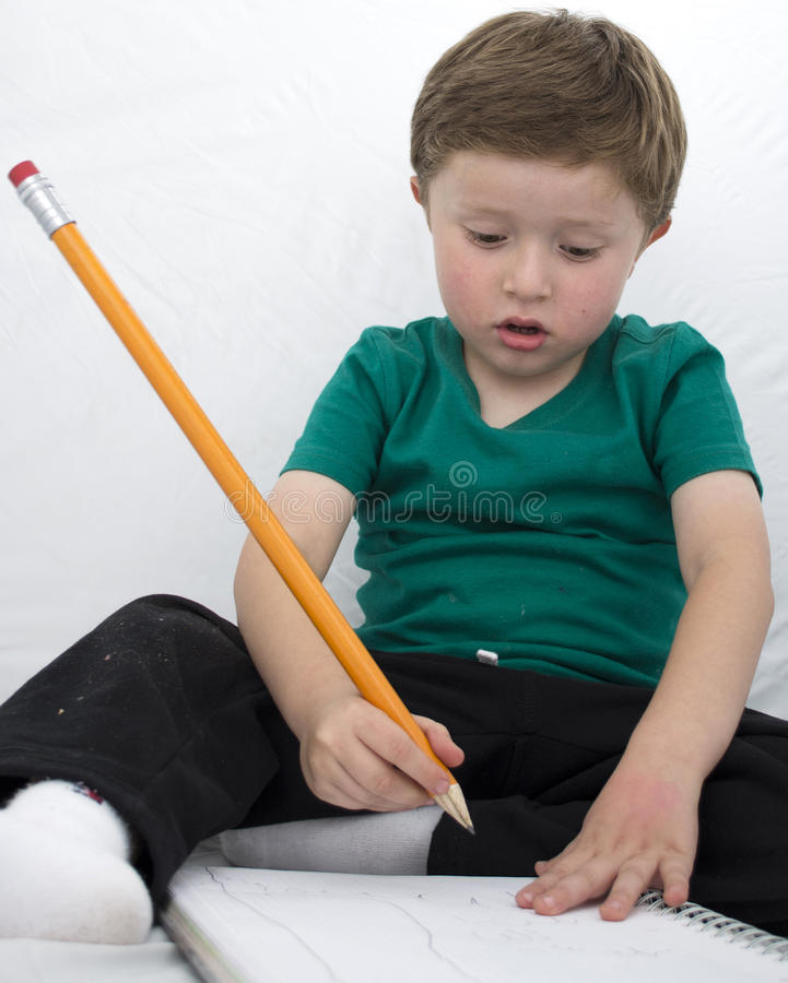 Enfant heureux colorant un livre photographie stock