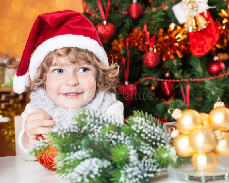 Enfant heureux dans le chapeau du `s de Santa photographie stock