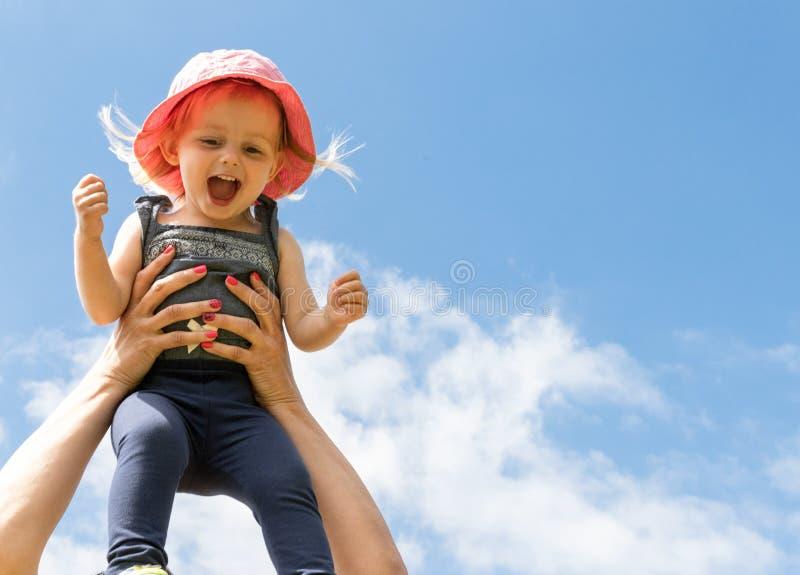 Enfant heureux dans le ciel Concept d'?t? Enfance parenthood photos libres de droits
