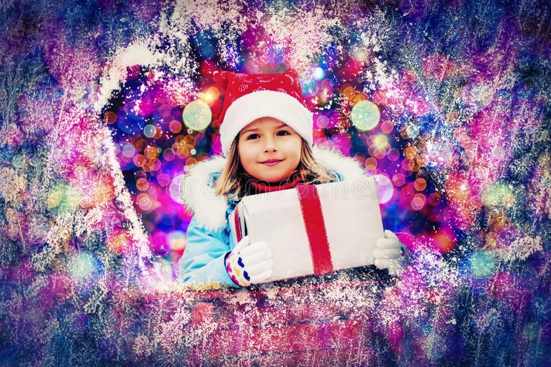 Enfant heureux dans le temps de Noël Enfant drôle jouant dans Noël extérieur image libre de droits