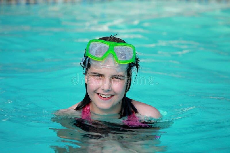 Enfant heureux dans une piscine photo libre de droits