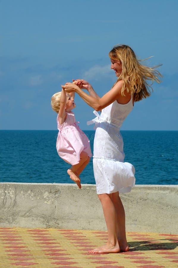 Enfant heureux de mère et de brancher image stock