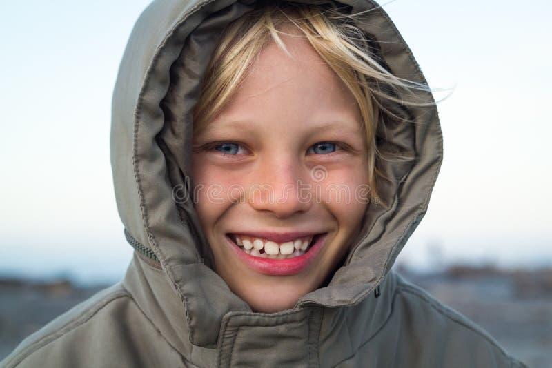 Enfant heureux dehors dans la veste chaude photo stock