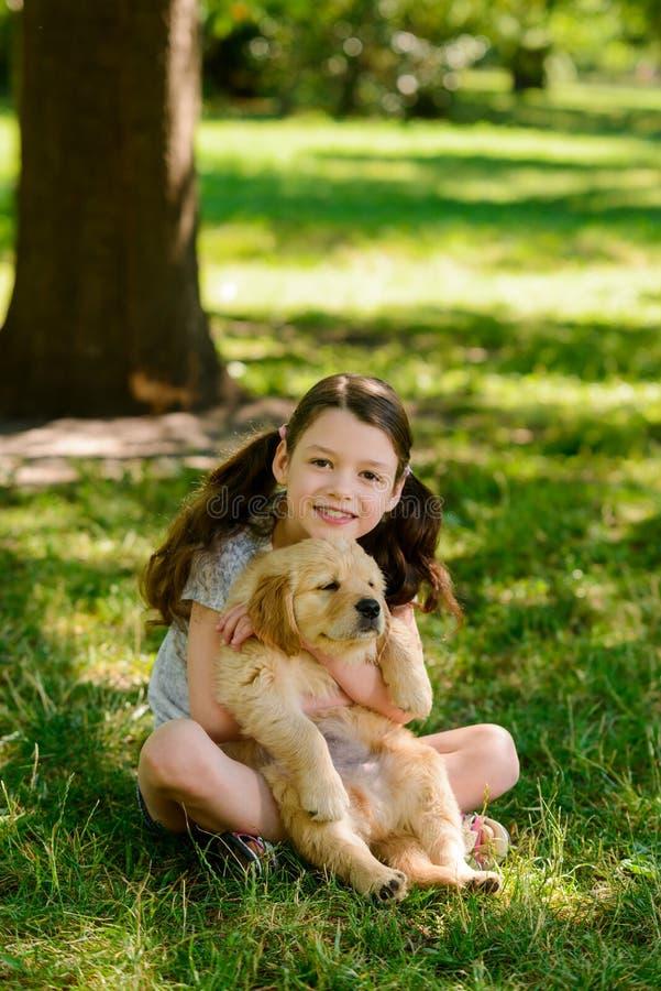 Enfant heureux et son ami photographie stock libre de droits