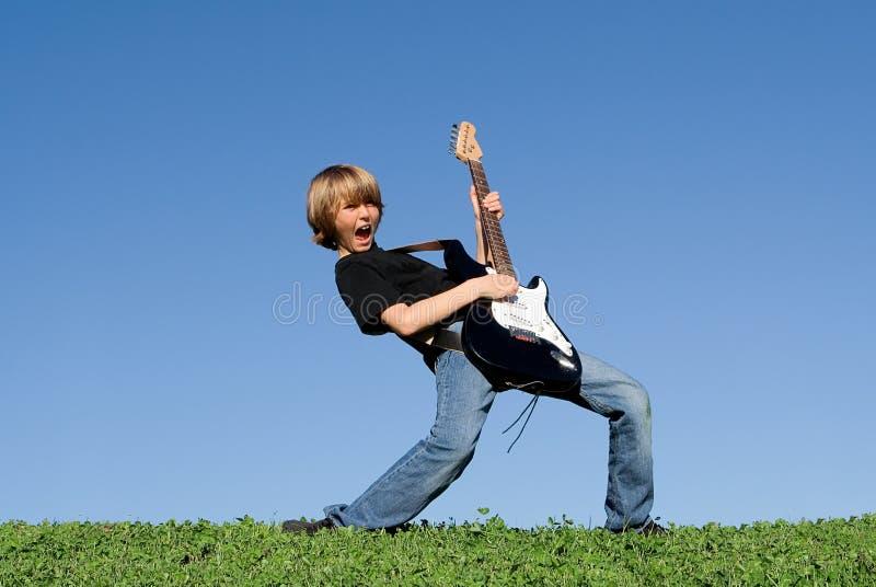 Enfant heureux jouant la guitare photographie stock libre de droits