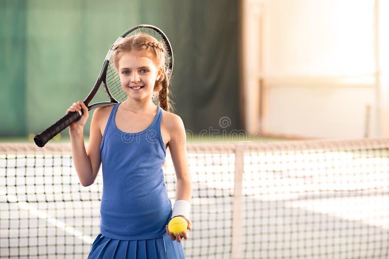 Enfant heureux jouant le tennis avec joie photographie stock libre de droits