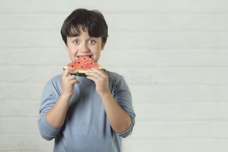 Enfant heureux mangeant la past?que image libre de droits