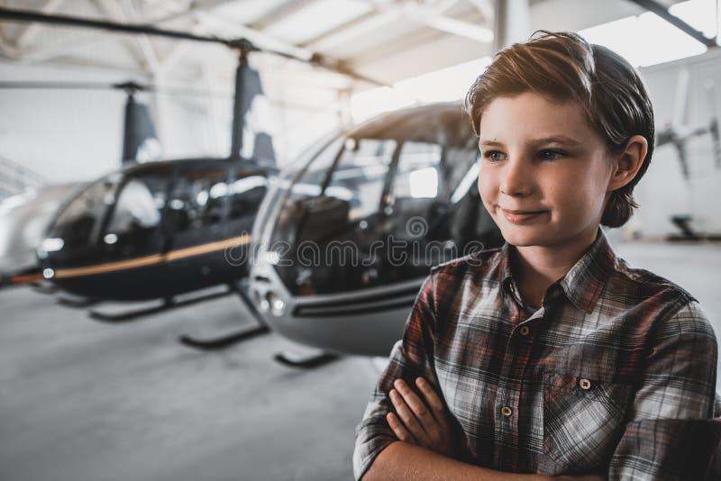 Enfant heureux plaçant à l'exposition des rotorcrafts photo stock