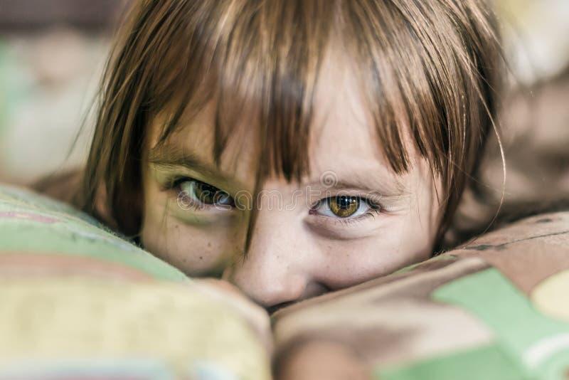 Download Enfant Heureux Proliférant Dans Le Lit Photo stock - Image du normal, drôle: 77154724