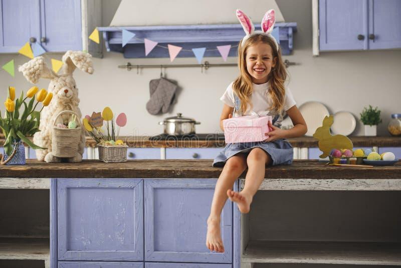 Enfant heureux recevant le cadeau de Pâques images stock