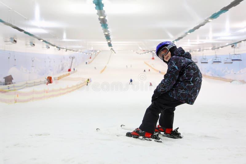 Enfant heureux restant sur des skis photos stock