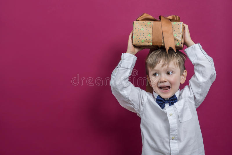 Enfant heureux tenant un présent photo stock